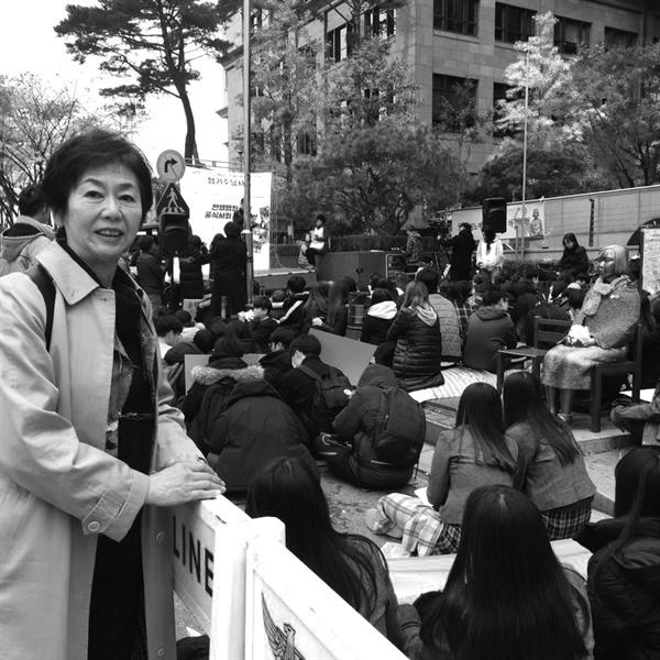 2018년 11월 7일, 일본군 성노예제 문제해결을 위한 정기 수요시위에서 참석한 쓰즈키 스미에 씨.