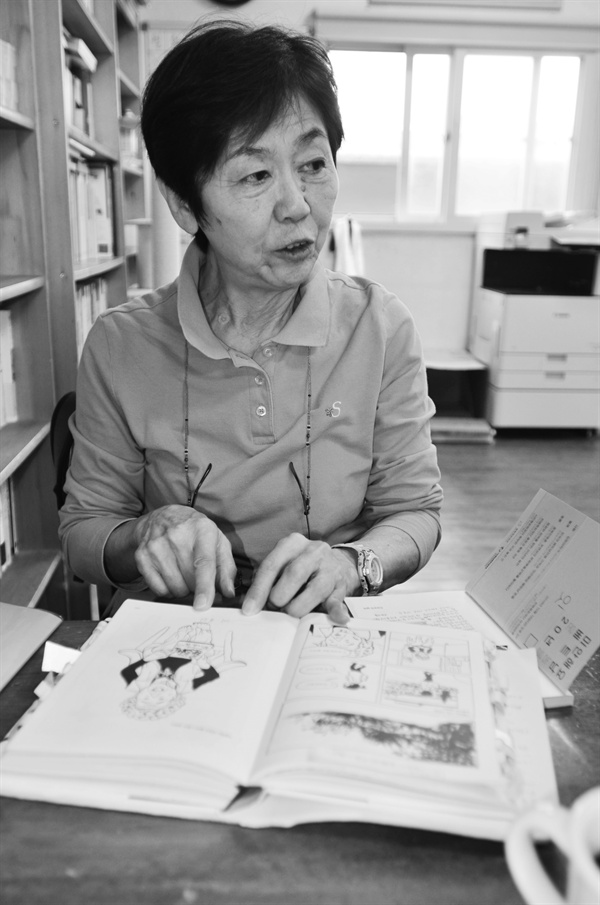 2019년 10월 6일, 작은책 사무실을 방문한 쓰즈키 스미에 씨. 만화책 《풀》에 나온 이옥선 할머니 장면을 보여 주며 설명하고 있다.