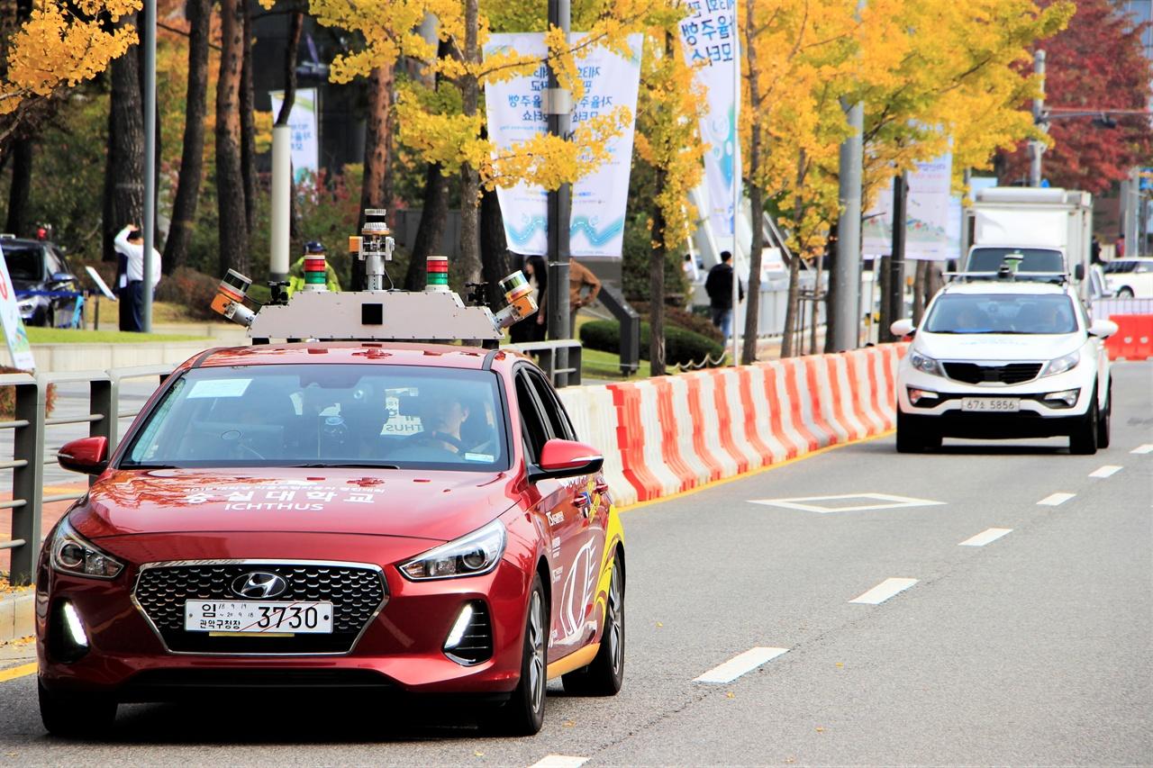 제3회 판교자율주행모터쇼에서 자율주행차량들이 운행하고 있다.
