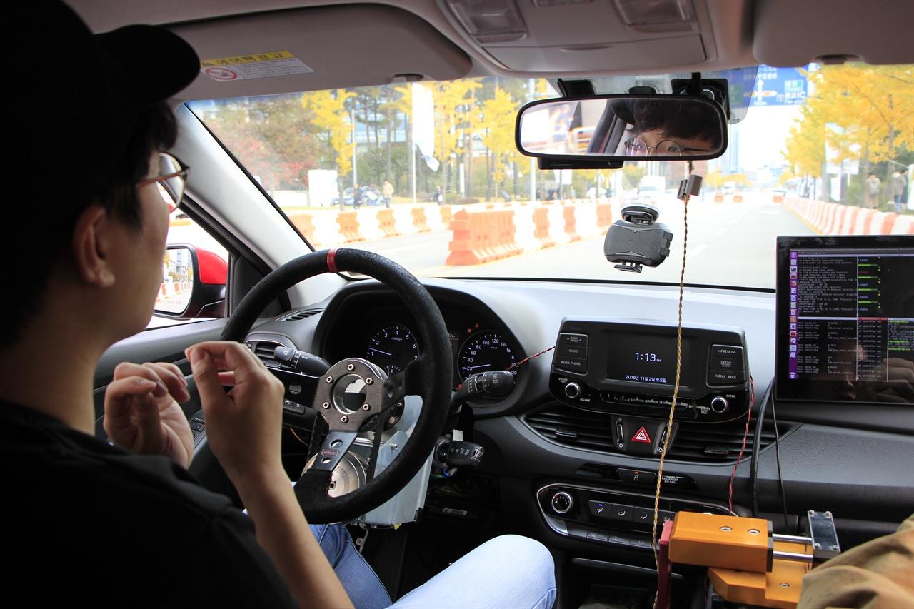 숭실대학교 석사과정 최규진 씨가 달리는 자율주행차 안에서 기술에 대해 설명하고 있다.