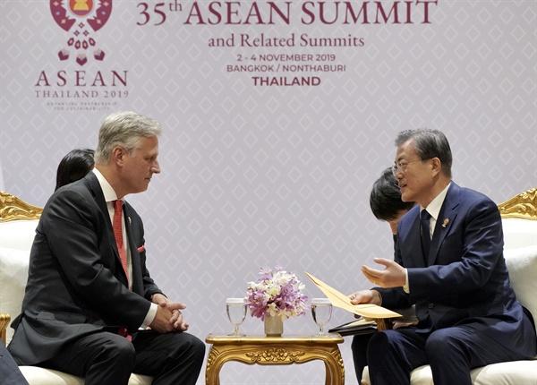 트럼프 대통령 애도 서한 받는 문 대통령 문재인 대통령이 4일 오후(현지시간) 방콕 임팩트포럼에서 동아시아 정상회의에 참석한 로버트 오브라이언 미 백악관 국가안보 보좌관을 접견하고 있다. 오브라이언 보좌관은 문 대통령에게 모친상 애도를 표하는 트럼프 대통령의 서한을 전달했다.