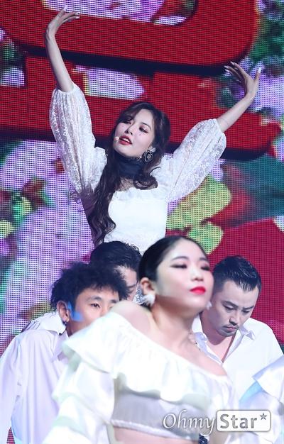 현아, 꽃이 좋아! 가수 현아가 5일 오후 서울 한남동의 한 공연장에서 열린 컴백 쇼케이스에서 삶의 화려한 한때를 피고 지는 꽃에 비유한 신곡 '플라워 샤워(FLOWER SHOWER)'를 선보이고 있다. 올해 초 싸이가 수장으로 있는 피네이션과 나란히 전속계약을 체결한 현아와 던은 각자의 신곡을 같은 날 같은 시각 발표하고 본격 솔로 활동에 나선다.