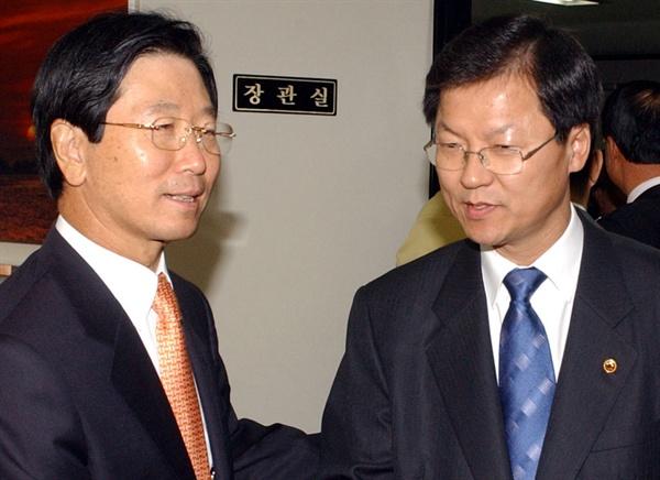 2005년 10월 17일, 당시 사표가 수리된 김종빈(왼쪽)검찰총장이 퇴임인사를 하기 위해 정부 과천청사 내 법무부를 방문하여 수사지휘권을 행사한 천정배 법무장관과 악수하고 있다.