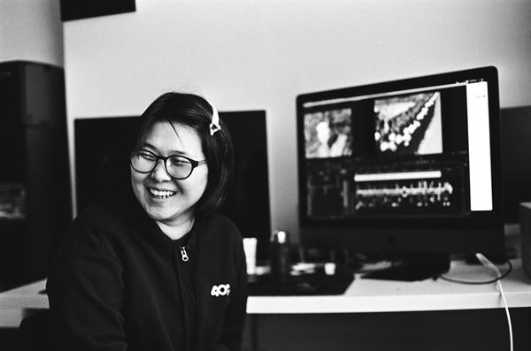 이연정 편집감독이 영상 편집 작업 중이다.