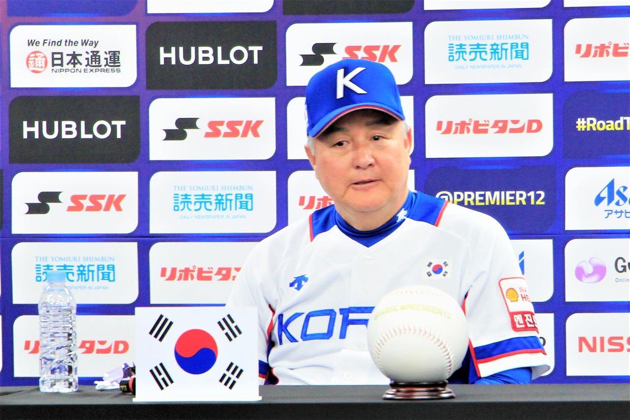 생각에 잠긴 김경문 감독 5일 오후 고척스카이돔에서 열린 공식 기자회견에서 한국 국가대표팀 김경문 감독이 생각에 잠겨 있다.