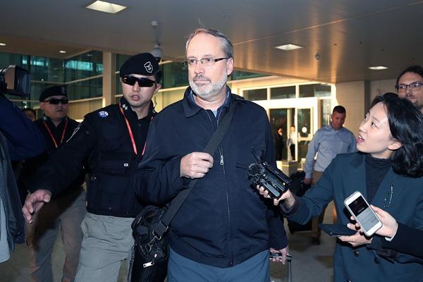 취재진 질문 받는 제임스 드하트 미국 방위비협상 대표 제임스 드하트 미국 방위비협상대표가 5일 오후 인천국제공항을 통해 입국해 취재진의 질문을 받고 있다. 2019.11.5