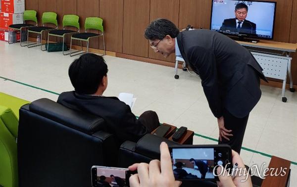정필모 KBS 부사장이 6일 오전 대구 강서소방서를 찾아 독도 헬기 사고 피해자 가족들에게 사과하려 했으나 가족들이 만남을 거부했다. 정 부사장이 가족들을 향해 고개를 숙이고 있는 모습.