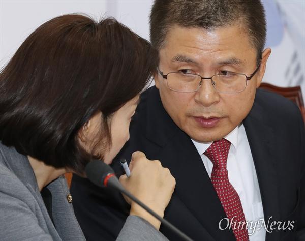 자유한국당 황교안 대표와 나경원 원내대표가 6일 오전 국회에서 열린 당대표 및 최고위원-중진의원 연석회의에서 귓속말을 하고 있다.