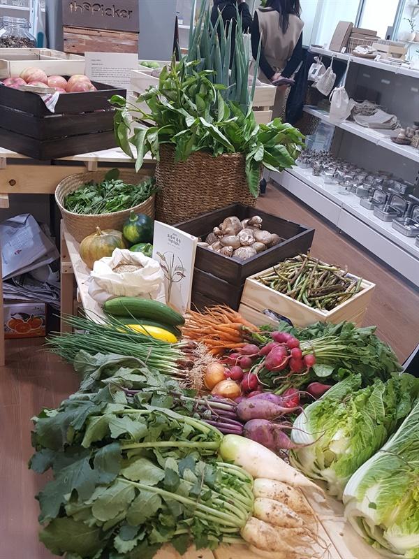 더 피커에서는 제로 웨이스트 물건 뿐 만 아니라 견과류, 채소, 과일 등 친환경 및 유기농 음식을 판매하고 있다.