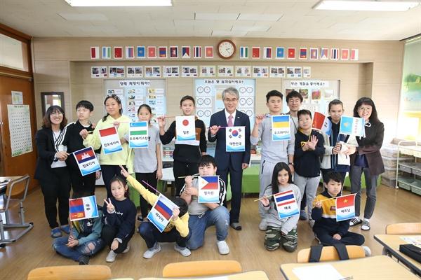 박종훈 경남도교육감은 6일 김해 동광초등학교에서 '다문화교육 체험'으로 현장과 소통 활동을 벌였다.