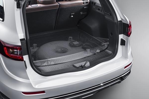 더 뉴 QM6 LPe의 트렁크. 도넛 모양의 연료 탱크를 트렁크 바닥에 숨겨 공간 활용도를 높였다.