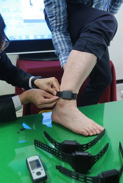 전주보호관찰소 직원들이 2015년 10월 27일 관찰소 상황실에서 위치추적 전자감독제도(전자발찌)에 대해 설명하고 있다.