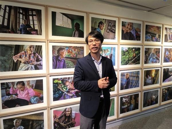 사진작가 안세홍  안세홍의 뒤에 전시된 사진들은 모두 아시아 각지에서 촬영된 위안부 피해 여성들이다.