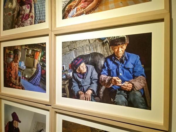 위안부 피해 여성이 아들과 함께 찍힌 사진 사진 속 위안부 피해 여성은 1살도 안된 딸을 업고가다가 잔혹하게 성폭행 당했다. 후에 재임신을 했으나 일본군의 아이였고, 주위의 차가운 시선과 차별을 받으며 살아가야 했다.