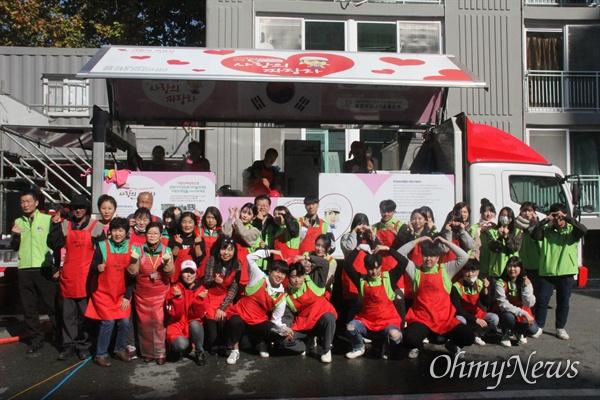 수성대학교 학생들과 교수 등 30여 명은 6일 대구 황금복지관에서 어르신을 위한 사랑의 짜장면 봉사활동을 펼쳤다.