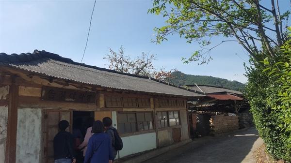 마을중간에 남아있는 야학당 건물