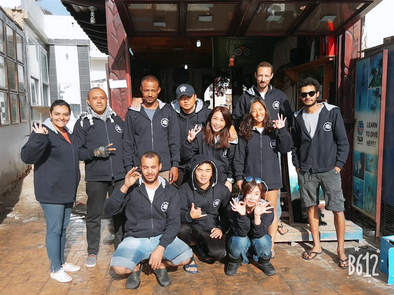센터 직원들과 단체사진.