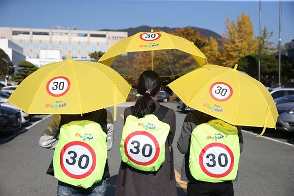 경남도교육청이 제작해 보급하는 안심가방덮개와 안심우산.