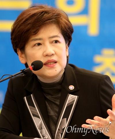 강은희 대구시교육감이 7일 오전 대구 수성호텔에서 열린 '아시아포럼21' 초청 토론회에서 발언하고 있다.