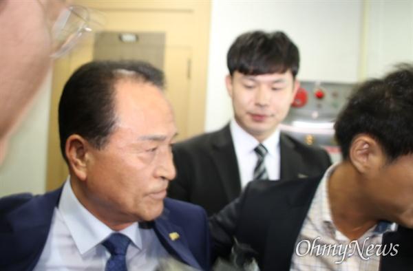 건설업자로부터 뇌물을 받은 혐의로 구속영장이 청구된 김영만 경북 군위군수가 7일 오후 영장실질심사를 받은 후 법정을 빠져나가고 있다.