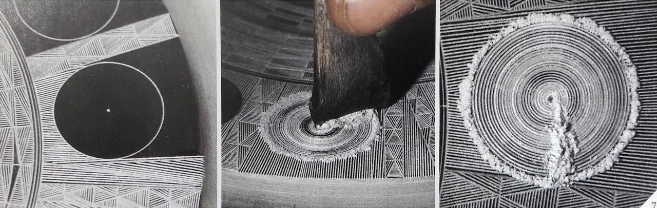 〈사진180〉 2007년 이완규 주성장이 석제주조법으로 다뉴세문경을 재현했다. 석제로는 활석을 썼다. 가장 왼쪽 사진을 보면 원 한가운데 중심점을 잡았다. 여기에 21개 톱니가 있는 컴퍼스를 고정하고 빙 돌리면 동심원이 새겨진다. 하얀 가루는 활석가루다. 활석은 이렇게 무른 돌이고 그 입자가 아주 곱다. 가장 오른쪽 사진을 보면 컴퍼스 고정 쇠를 찔러 넣었던 자리가 우묵하게 들어가 있다. 그래서 이완규 주성장이 재현한 다뉴세문경에는 원 중심에 콩알만 한 점이 볼록 튀어나와 있다. 이것은 청동기인이 활석을 쓰지 않았다는 증거이기도 한다. 이완규 주성장은 이것을 잘 알고 있었는데도 활석 거푸집을 쓴 까닭은 무늬가 세밀하게 나올 수 있는 거푸집은 활석 말고는 불가능했기 때문일 것이다.