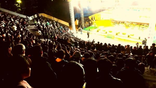 홍성의 한 대학에서 축제가 열렸다. 7일 늦은 오후 노천극장에서 많은 학생들 이 학교 동아리 공연을 관람하고 있다.