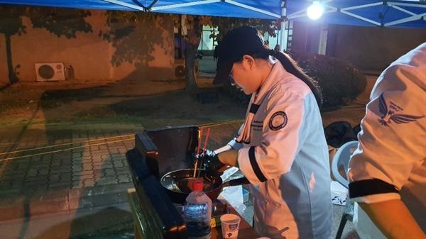요리를 전공하는 학생들은 깔끔한 조리 복장을 입고, 능숙한 손놀림으로 참치김밥과 잡채를 즉석에서 조리하는 등 인기 만점이었다.
