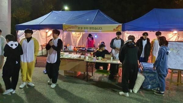 대학 축제에서 학생들이 가장 많이 찾는 곳은 학생들이 운영하는 음식부스다. 한 학과 부스에서 학생들이 동물 캐릭터 복장을 하고 있다.