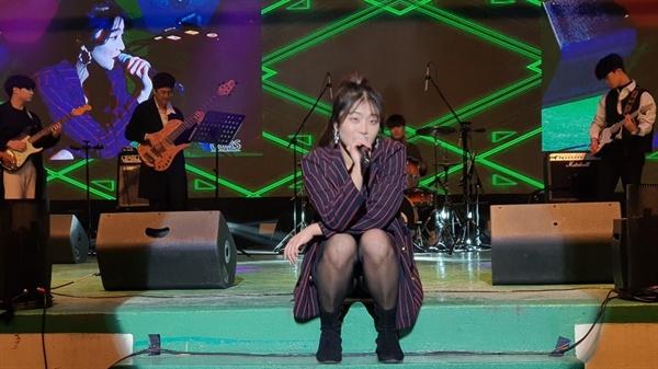 늦은 저녁 시간이 되자 지난 6일 시작된 축제에 이어 이날도 노천극장에서는 대학 밴드 동아리를 비롯해 여러 공연팀이 무대에 올랐다.