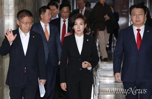 자유한국당 나경원 원내대표가 8일 오전 국회에서 원내대책회의를 주재하기 위해 입장하고 있다. 왼쪽은 최교일 의원.