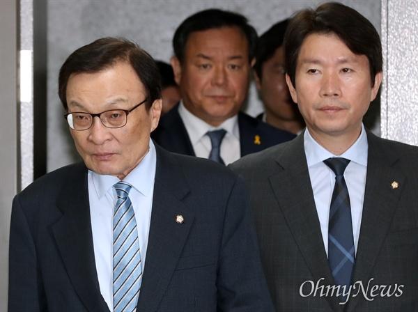 더불어민주당 이해찬 대표와 이인영 원내대표가 8일 오전 국회 의원회관에서 열린 확대간부회의에 입장하고 있다.