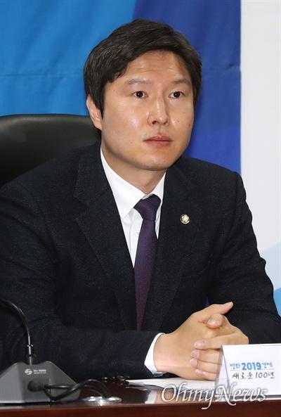 더불어민주당 김해영 최고위원이 8일 오전 국회 의원회관에서 열린 확대간부회의에 참석하고 있다.