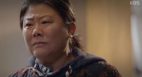 <미스터 션샤인>의 함안댁에서 주목받은 그녀는 영화 <기생충> 속 가정부로 연기력을 인정받으며 지금은 제2의 전성기를 맞고 있다. 모두 마흔 넘어 일어난 일이다. 사진은 KBS 2TV 그라마 '동백꽃 필 무렵' 한 장면.