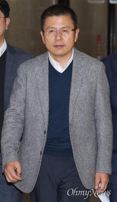 자유한국당 황교안 대표가 8일 오전 국회에서 열린 민부론 후속입법 세미나에 참석하기 위해 들어서고 있다.