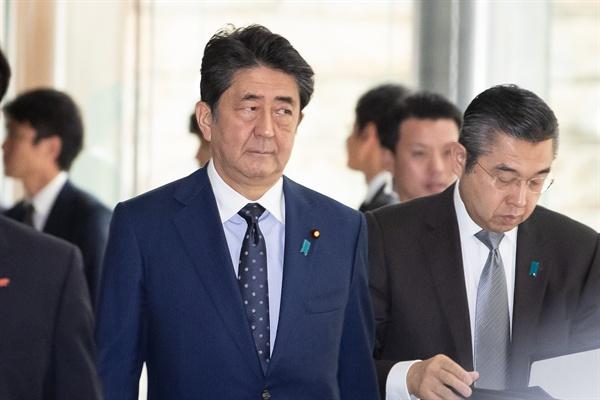 지난 10월 24일 아베 신조 일본 총리가 일본 도쿄 총리관저에서 이낙연 국무총리와 면담하기 위해 이동하고 있다.