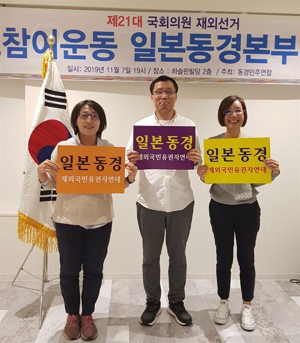참가자들의 즐거운 표정 피켓을 든 개인사진도 찍어 금세 각자의 소셜미디어에 올리는 민첩성을 발휘하는 참가자들