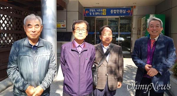 이명춘 변호사(오른쪽)와 한국전쟁전후민간인희생자 경남유족회 노치수 회장(왼쪽 두번째), 유가족들이 희생자들의 재심 공판을 벌인 뒤 창원지법 마산지원에서 나오면서 함께 했다.