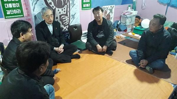 강우일 천주교 제주교구장의 위로 방문 강우일 주교가 11월 5일 박찬식 상황실장 농성장을 찾아 위로하였다.