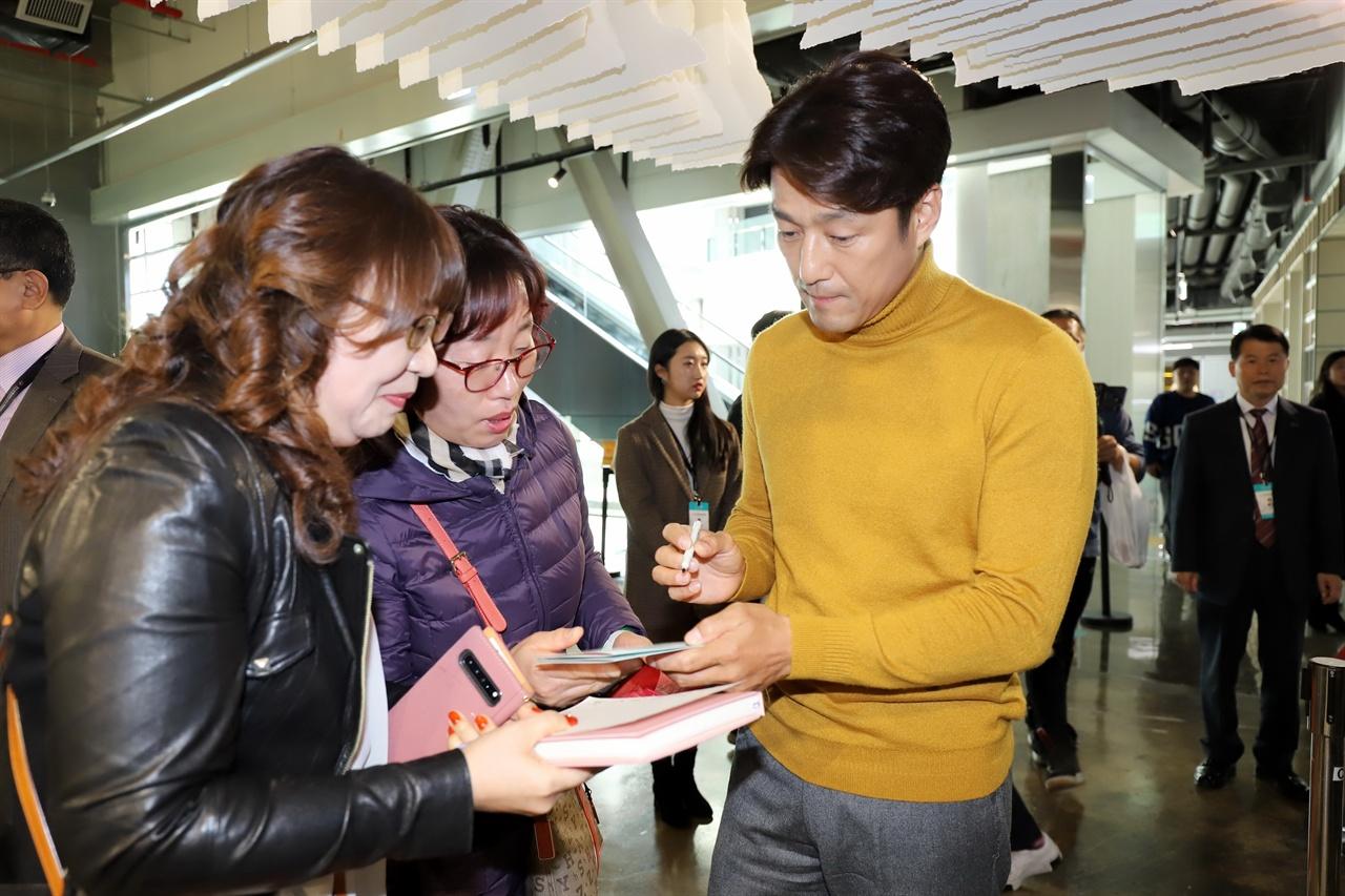배우 지진희, 팬 싸인 8일 청주공예비엔날레를 방문한 배우 지진희 씨가 팬들에게 싸인을 하고 있다.