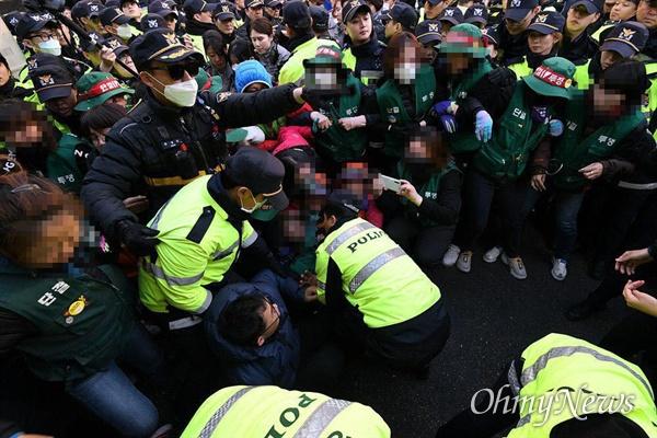해고된 고속도로 요금수납원들이 11월 8일 오후 청와대 앞에서 시위를 벌이다 대거 경찰에 연행되었다.