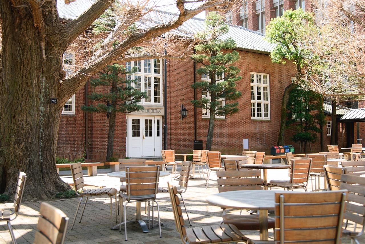 릿쿄대학 제 1 식당의 외부 .