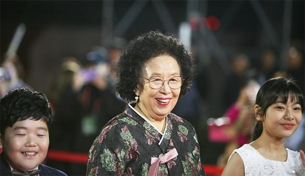 지난 8일 열린 제1회 강릉국제영화제(GIFF) 개막 행사에서 개막작인 '감쪽같은 그녀' 주연 배우인 나문희와 김수안이 레드카펫을 밟고있다.