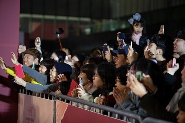 지난 8일 열린 제1회 강릉국제영화제(GIFF) 개막식 레드카펫 행사에서 관람객들이 배우를 향해 환호하고 있다.