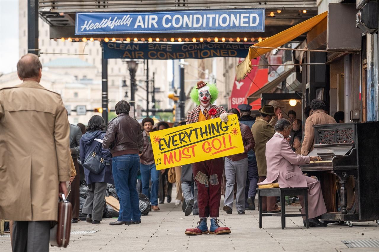 <조커>에서 거리 홍보를 하는 광대 아서 플랙(호아킨 피닉스)