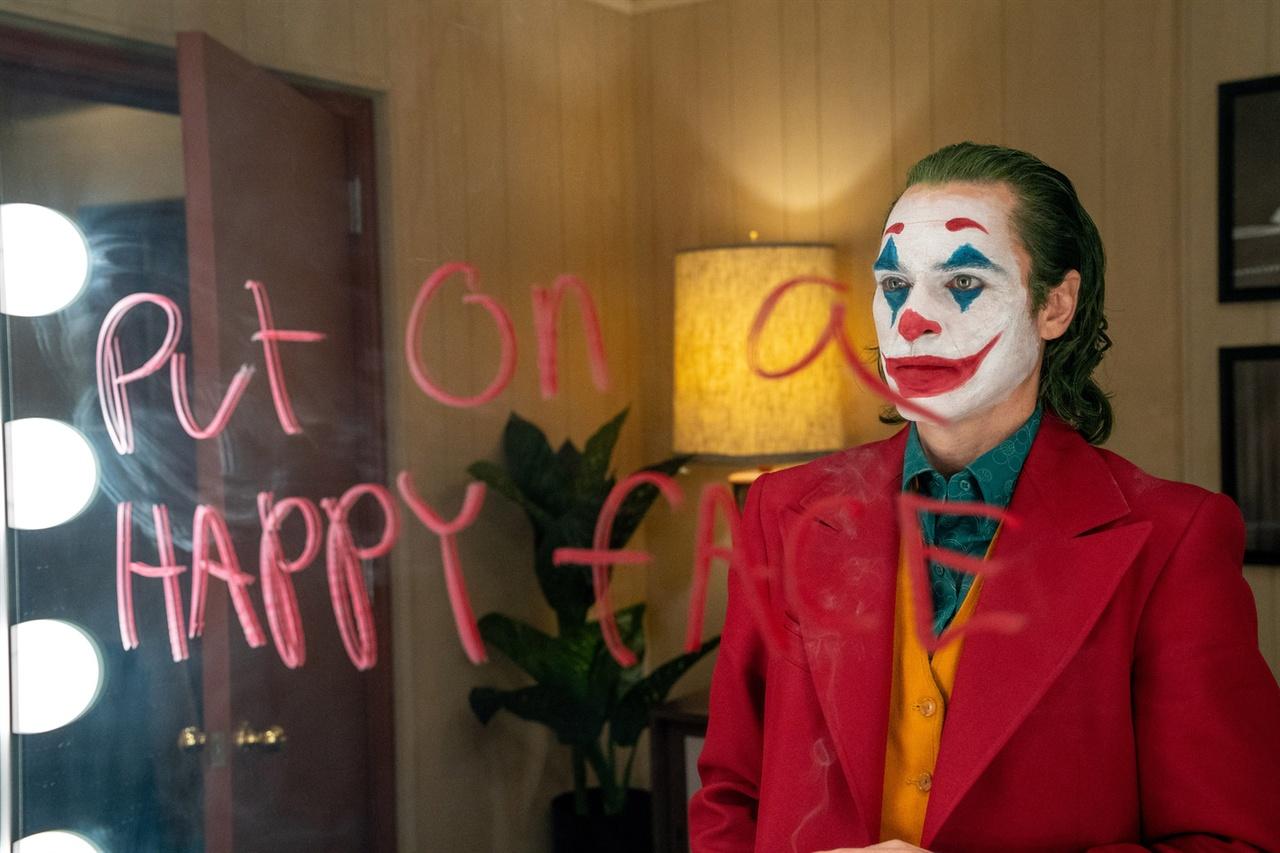 """토크쇼 출연자 대기실 거울에 """"얼굴에 '행복한 표정'을 걸치라""""라고 낙서하는 아서 플랙"""