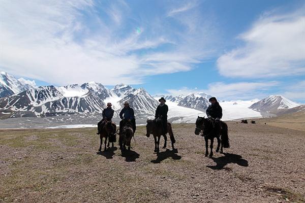 4륜구동 차량에 식량과 텐트를 싣고 한달간 몽골여행했던 필자 일행이 타왕복드가 보이는 지점에서 기념촬영했다.