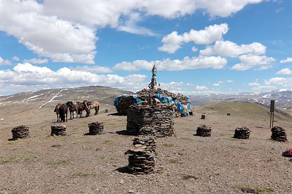 타왕복드가 보이는 조망점에는 몽골인들이 쌓아놓은 오보들이 줄지어 있었다