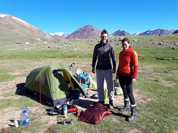 """타왕복드 베이스캠프 인근에서 텐트를 치고 캠핑하던 벨기에 커플을 만났다.  3개월간 휴가를 내 중국, 몽골, 키르기스탄을 여행 중이라는 그들에게 몽골을 돌아본 소감을 얘기해 달라고 하자 """"큰 나라, 넓은 조망, 일상에서 벗어난 자유를 느꼈다""""고 말했다."""