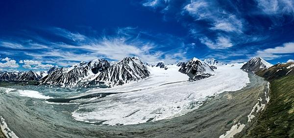 만년설에 둘러싸인  타왕복드 전경으로 빙하가 흐르고 있다. 타왕복드란 다섯개의 봉우리가 있는 산이란 뜻으로 몽골인들이 성산으로 여긴다.  '후이텐' 봉은  높이 4374m에 달하는 몽골 최고봉이다