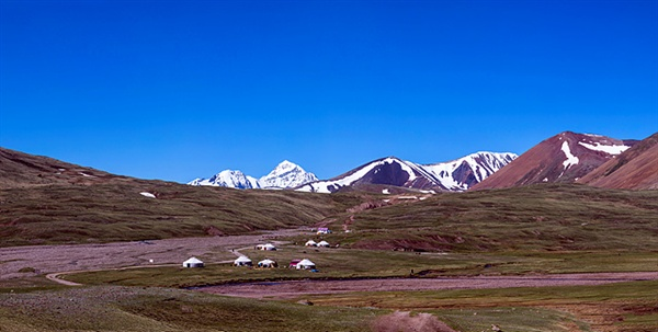 타왕복드로 올라가기 전에 설치된  베이스캠프(2311m)로 여기서부터는 차가 올라갈 수 없다. 이곳에서 12km를 더 가야 타왕복드가 나온다. 이곳에 사는 카자크 유목민들은 자신들이 사는 천막을 유르트라고 부른다.